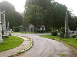 Salem Yahudi Mezarlığı – Newyork / Brooklyn Resmin solundaki iki Taş Obelisk Üzerinde Aşağıya Doğru Sarkan Örtü Motifi Bülbülderesindeki mezartaşının birebir aynısıdır. Hemen sağda Obelisk motifli mezartaşları