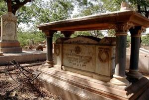 New Oerleans Yahudi Mezarlığı – ABD Ahit Sandığını sembolize eden bir mezartaşı