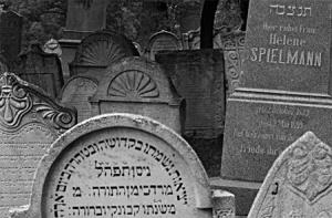 Bülbülderesindeki mezartaşı ile benzerlik gösteren Yahudi Mezarlıklarındaki Kabala kökenli Işık sembolü Mikalov Yahudi Mezarlığı – Prag /Çek C.