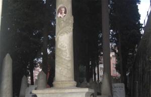 Bülbülderesi Mezarlığı – Mezartaşındaki Akasya Dalı