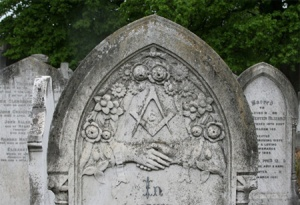 Texas State Mason Mezarlığı - ABD Üstte Masonik Gönye ve Pergel, Akasya motifleri ve birbirine sarılmış iki el