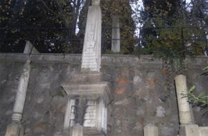 Taş Obelisk Üzerinde Yukarıdan Aşağıya Doğru Sarkan Örtülü Sütun - Bülbülderesi Mezarlığı