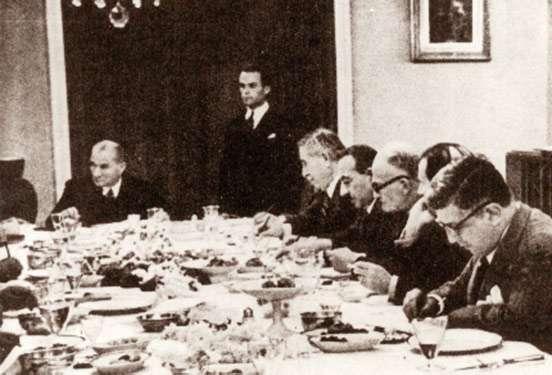atatürk yemek masasında arkadaşlarıyla 28 Ekim ile ilgili görsel sonucu
