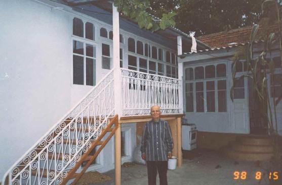 Töbenkazanış köyünde bir Kumuk evinin abzarı/avlusu). Hemen hemen bütün Kumuk evleri böyle. Azerbaycan'da da benzerlerini çok gördük