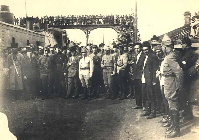 XI. Kızıl Ordu komutanlığı tren garında. Bakü. 28 Nisan 1920. Arka planda Kızıl Ordunun zırhlı treni görülmektedir