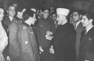 İngilizler tarafından sürgüne yollanmış olan Kudüs Müftüsü Hacı Emin (Amil) el-Hüseyini ile sohbet eden Azeri gönüllüleri (19 Aralık 1942)