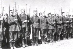 Doğu Türkistan Lejyonu eğitimde. Üniformalar Alman, silahlar ise Rus malı!