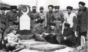 Mezar başında dua eden Türk asıllı askerler (1945)