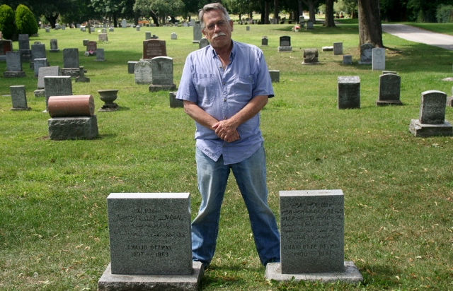 Araştırmacı Bill Darfler Mount Hope mezarlığının Türk bölümü sınırında bulunan iki mezar taşı arasında. Bu mezar taşlarında Arap harfleriyle yazılar var. Mezarlar E. Halid Detway 1897-1963 ve Charlotte Detway 1900 - 1941 adına. Tahmin: Halid Osmanlıdan göç etmiş. Kanada soyadı aldığına göre Kanada vatandaşı olmuş. 17 yaşındayken enterne edilmiş, sonra serbest kalmış, yanında yatan kendisinden 3 yaş küçük kadınla evlenmiş, 66 yaşında ölmüş.