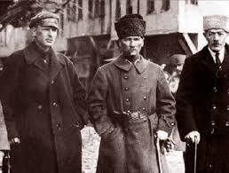 Mustafa Kemal Paşa'nın sağında Semyon Aralov solunda İbrahim Abilov.