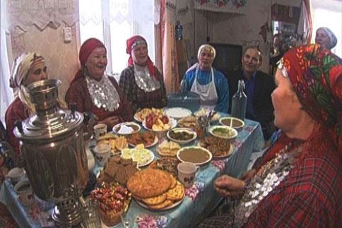 Semaveriyle, pideleri, yemekleriyle, kıyafetleriyle tam bir Türk sofrası