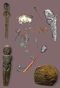 Malt'alı çocuğun mezarında bulunan süs eşyaları ve Venüs heykelciği